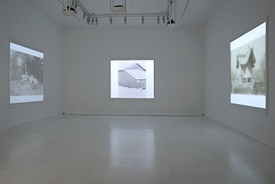同: 2009年青森県美特別展示『小島一郎の北海道』より(右壁にシュティルフリートによる「札幌神社」)  ©青森県立美術館