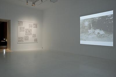 同: 2009年青森県美特別展示『小島一郎の北海道』より(左壁に豊島重之による「9個の正方形」にブロック化された「小島一郎論」) ©青森県立美術館