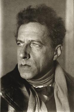 1925年のメイエルホリド(前年にはコミンテルンで『DE』『大地は逆立つ』上演、翌26年12月には『検察官』上演で賛否両論の反響を呼び、その討論会に訪ソ中のベンヤミンが足を運んだと記している)=BSTD/早大演劇博物館提供