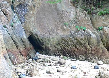 文中に言及される種差岩礁の「地獄穴・馬捨て場」にとてもよく似た、ニノシマの「地獄穴?」。